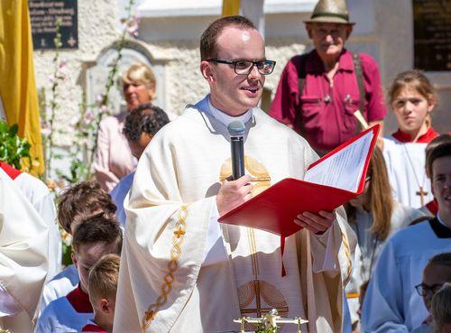 Unterschied Pfarrer Und Priester